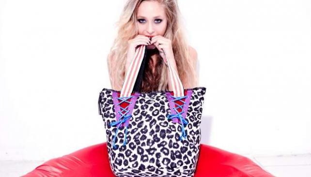 Carteras y bolsos de diversas formas, colores y estampados son una constante en los diseños de  'Te amaré hasta morir'