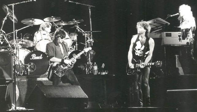 Richie Sambora (izquierda) y Jon Bon Jovi (derecha), una postal del show que el grupo dio en Córdoba dos décadas atrás (Foto de Marcela Marbián).