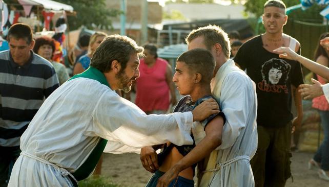 Ricardo Darín interpreta a un cura villero en 'Elefante blanco'.