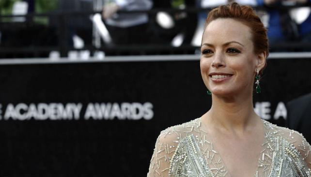 Berenice Bejo eligió un vestido claro y pelo recogido.