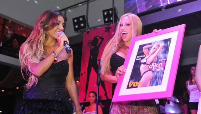 Estefanía Bacca, con la foto de la producción especial para la campaña.