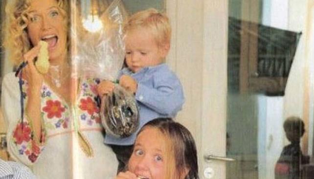 """La foto de la que hablan todos. Maru Botana, sus hijos y un niño """"real"""" reflejado en un vidrio."""