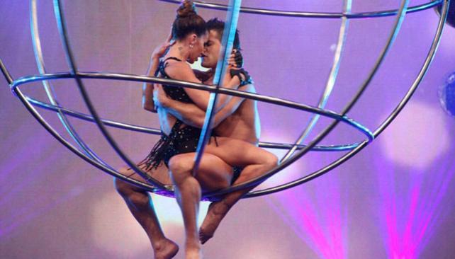 Florencia Peña abrió la gala del martes mostrando romance en las alturas.