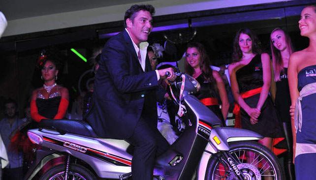 Matías Alé se sube a la moto que luego se sortearía entre las candidatas.