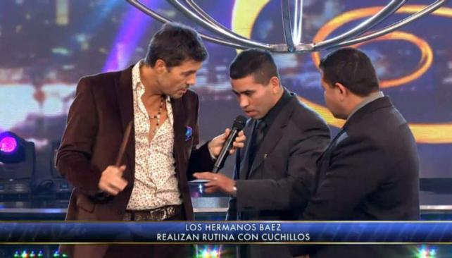 """Marelo Tinelli repasa técnicas de defensa personal con los """"cuchilleros"""" Báez."""