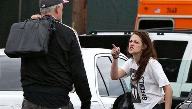 Kristen enojada con su personal trainer. Foto: The Mirror.