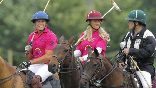 Leandro Penna y Katie Price participan de un partido de polo a beneficio en Londres.