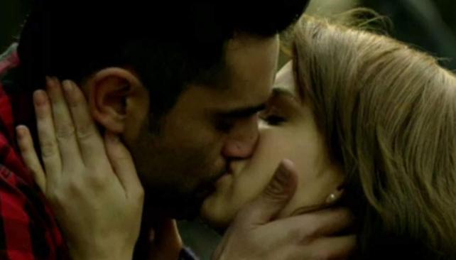 """Con un beso, Lucas (Heredia) y Ana (Vanesa González) ponen punto final la tira """"Lobo""""."""