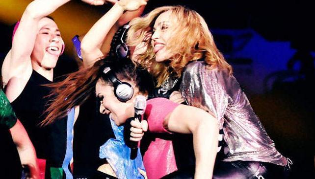 Madonna en unos de los últimos ensayos. ¿Se burla de Lady Gaga? Foto: Facebook oficial.