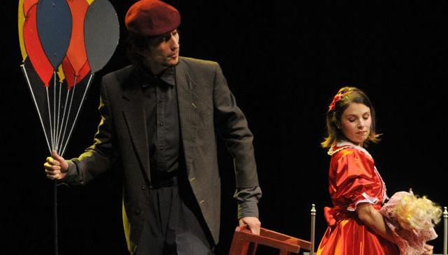 Alejandro Ramos y Cecilia Román Ross protagonizan esta puesta que permite cruzar a varias generaciones frente a la escena.