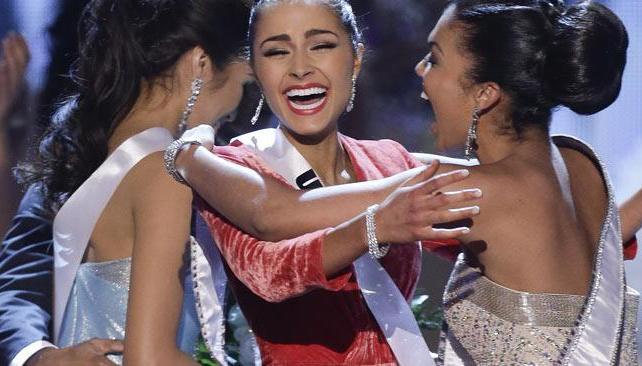 """Un tropezón sí es caída: los bloopers del certamen """"Miss Universo""""."""