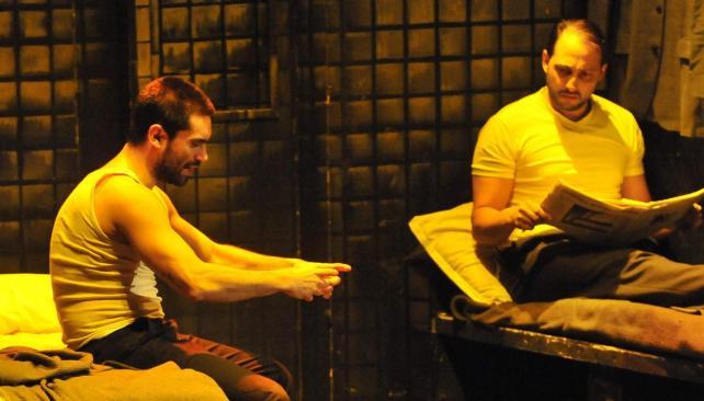 Gonzalo Heredia y Ariel Staltari son Gus y Ben, dos criminales que matan el tiempo hablando de cosas cotidianas hasta que llegue la próxima víctima.