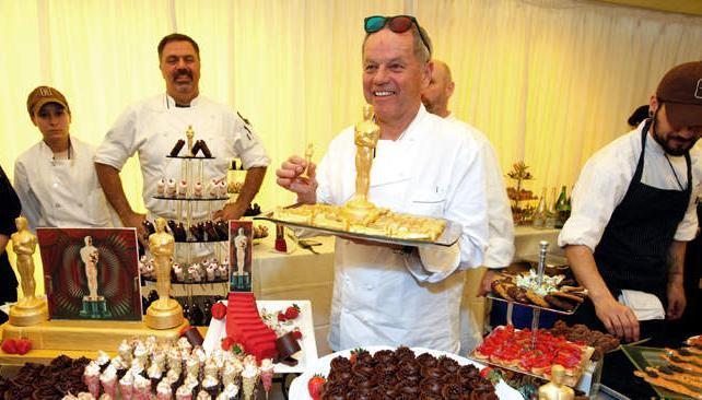 Entre todo el merchandising y detalles especiales, se destacan los chefs que preparan postres y chocolates con la forma de Oscar para el baile del gobernador, que se realiza tras la ceremonia.