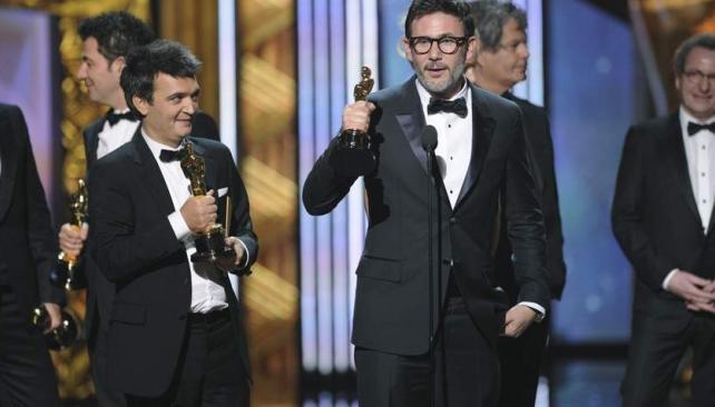 El productor Thomas Langmann y el director Michel Hazanavicius con el máximo galardón.
