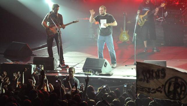 Piti Fernández, cantante de Las Pastillas del Abuelo, se expresa ante un público cautivado.