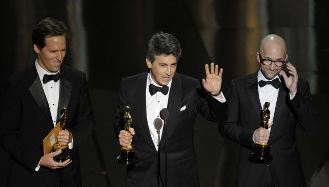"""Al medio, Alexander Payne, Oscar a mejor guión adaptado por """"Los descendientes""""."""