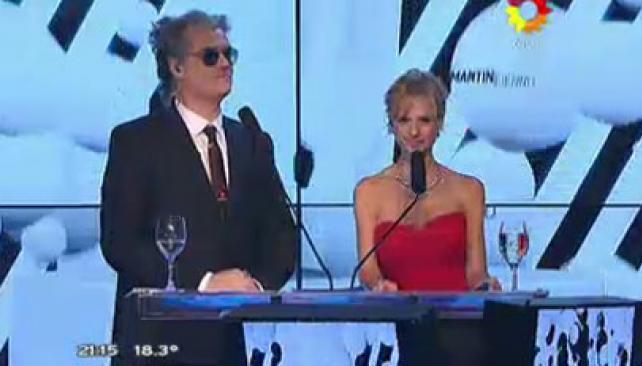 Roberto Pettinato y Mariana Fabbiani conducen la gala de entrega de los premios.