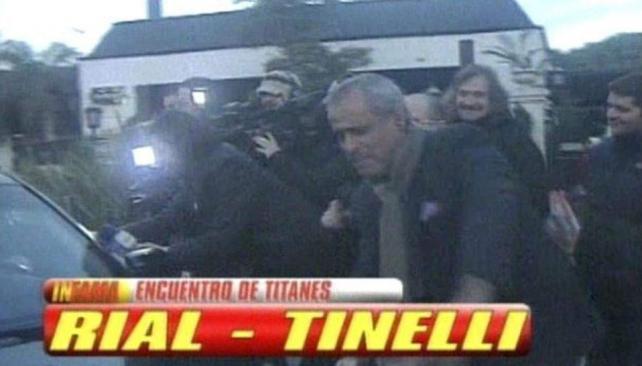 Jorge Rial bromeó con Marcelo Tinelli para las cámaras. Aquí el momento en que lo acusa de pisarle el pie. (Captura web)
