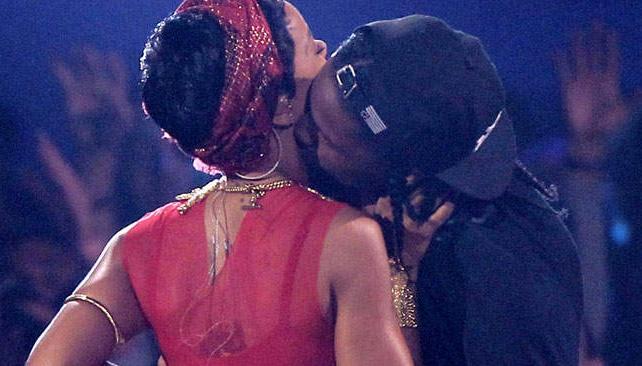 Rihanna brilló en la presentación de la ceremonia con su nuevo look.