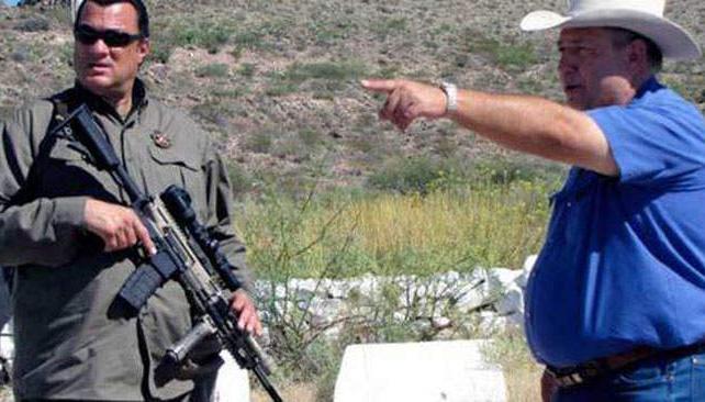 ENTRENAMIENTO. Con un fusil, Seagal aprende la nueva tarea.