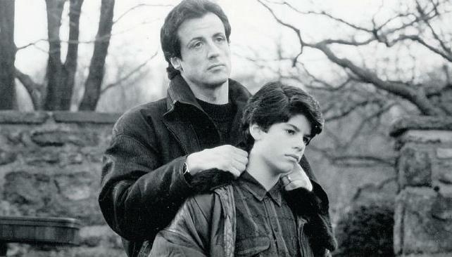Sage Stallone junto a su padre, cuando era un niño.