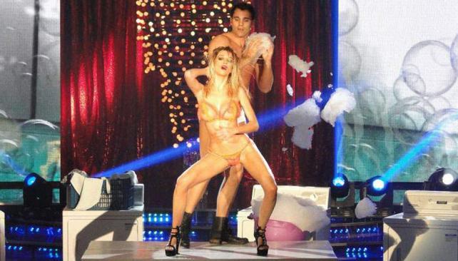 La novia de Andrés Calamaro, Micaela Breque, se sacó las ganas de hacer el strip dance en la televisión.