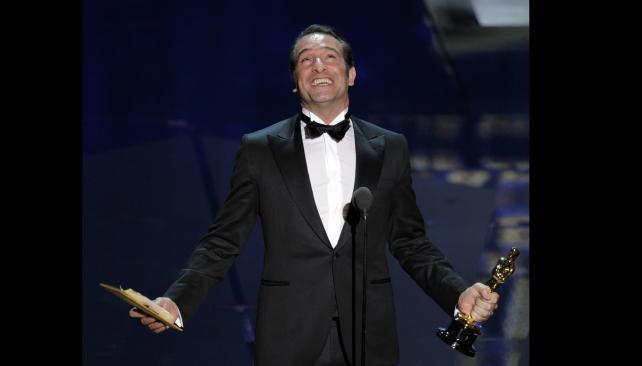 """Jean Dujardin festeja el Oscar de """"El artista""""."""
