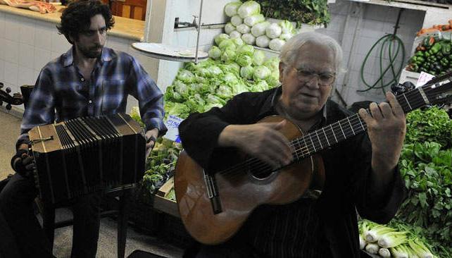 """En el Mercado Norte se vivió ayer un mediodía diferente, cuando """"Tata"""" Cedrón y sus acompañantes llevaron su música para el deleite de los curiosos y de los que sabían de esta visita."""