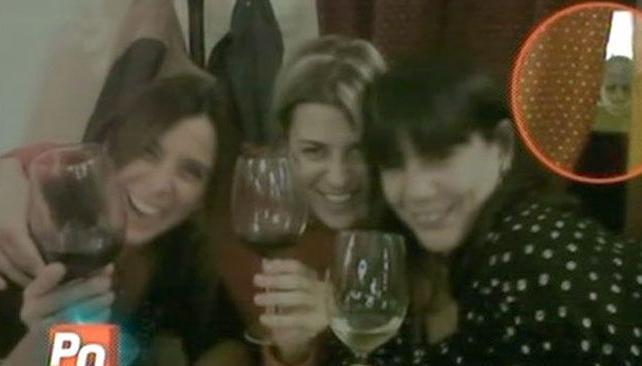 TOBAL Y EL FANTASMA. Eugenia y sus amigas con la misteriosa imagen arriba a la derecha. Foto: Captura Web.
