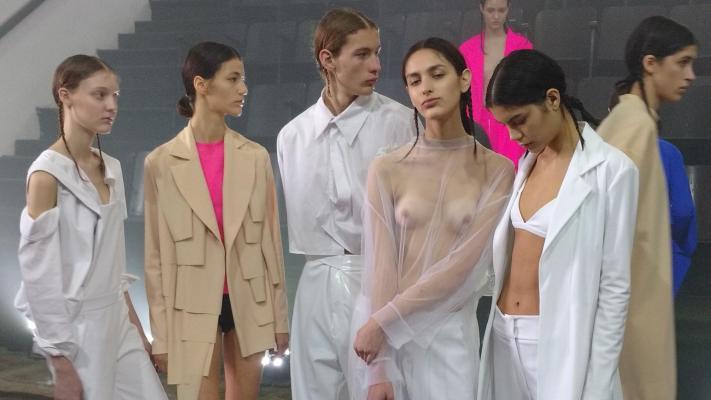 El desfile más sorprendente del BAFWeek: escenario invertido, Louta y ropa provocadora