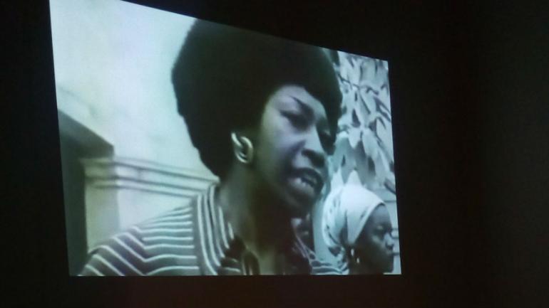 Otro de los homenajes es este videoarte de los años setenta de Victoria Santa Cruz, artista afroperuana.