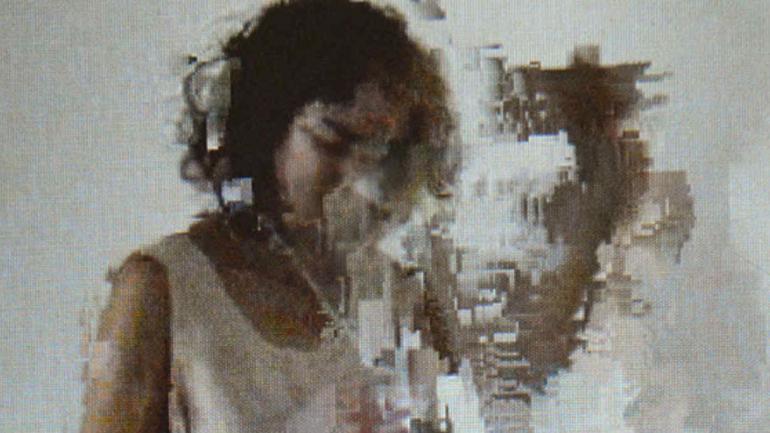 Fotografía, registro de performance de Lucía Von Sprecher vía El Mirador, espacio de Buenos Aires, en Barrio Joven Chandon de arteBA.