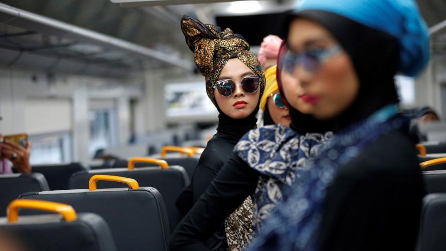 Las pasarelas cambian de formato: desfile de moda islámica se realizó en un avión