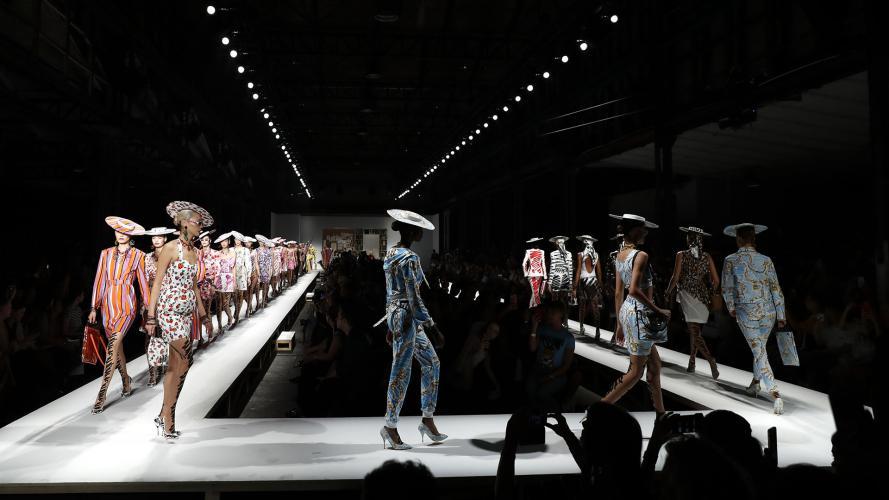 En fotos: Milán deslumbra con los desfiles de Fendi, Armani y Moschino