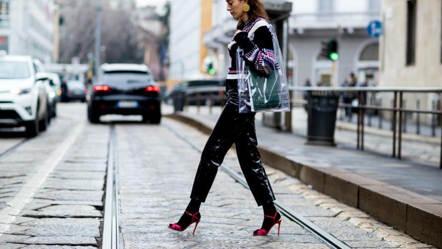 Rara pero útil: la moda que es ideal para los días de lluvia