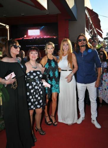 La alfombra black & white de los Premios VOS