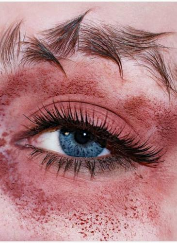 Existe una nueva forma de maquillarse las cejas, un tanto llamativa