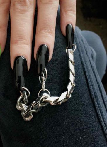 ¿Te sumás? Se llevan los piercings en las uñas