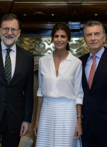 ¿Correcta o no? Awada se puso una falda transparente para recibir al Presidente español