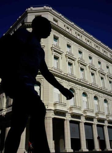 Fenómeno social: cómo es el primer shopping de lujo que abrió en Cuba