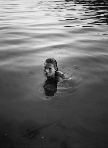 En el día de su cumpleaños, publican fotos inéditas de Kate Moss cuando era joven